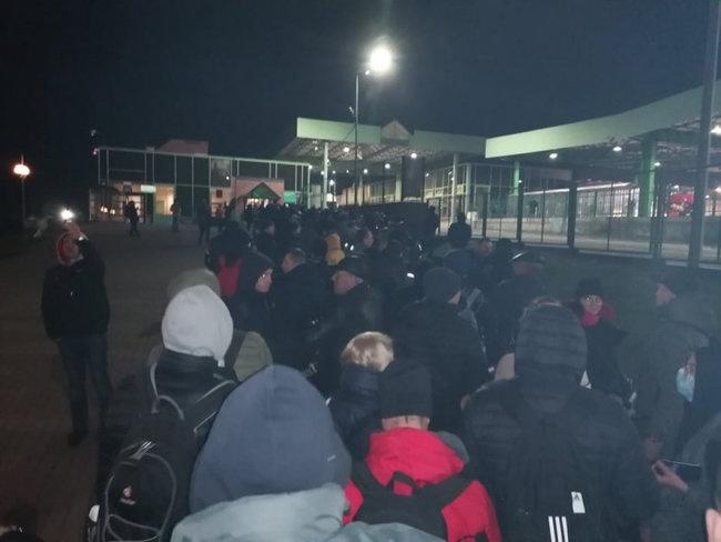 «У людей заканчивается еда и медикаменты»: Украинцы застряли в автобусе в эпицентре коронавируса. МИД молчит