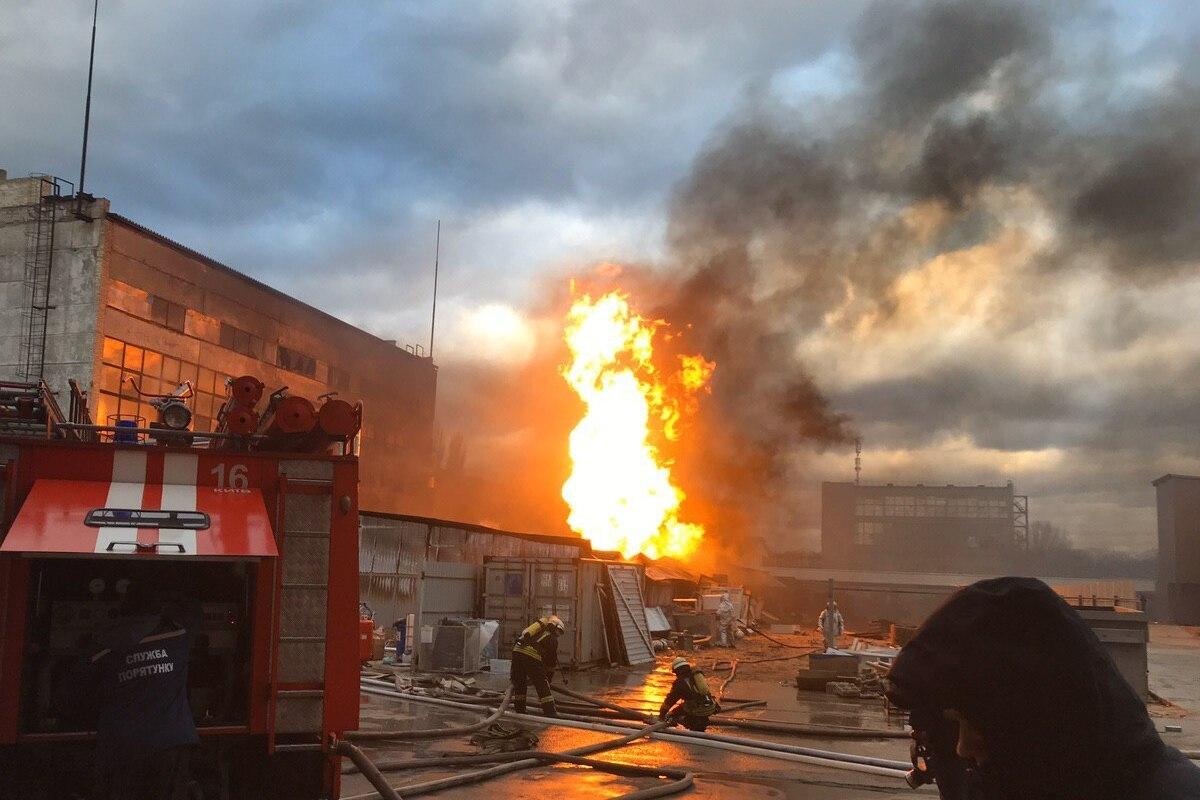 Вспыхнуло все, раздаются взрывы: Крупный пожар всколыхнул город. Среди бочек с химикатами