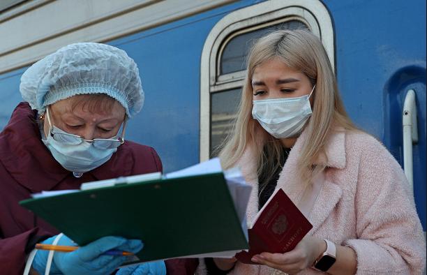 Жалуюются, что не дали чая: в Киев прибыл спецпоезд из Москвы. Первыми вошли медики