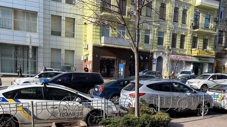 Автозаки окружили здание: Порошенко внезапно прибыл в ГБР. Прямиком из эпицентра болезни