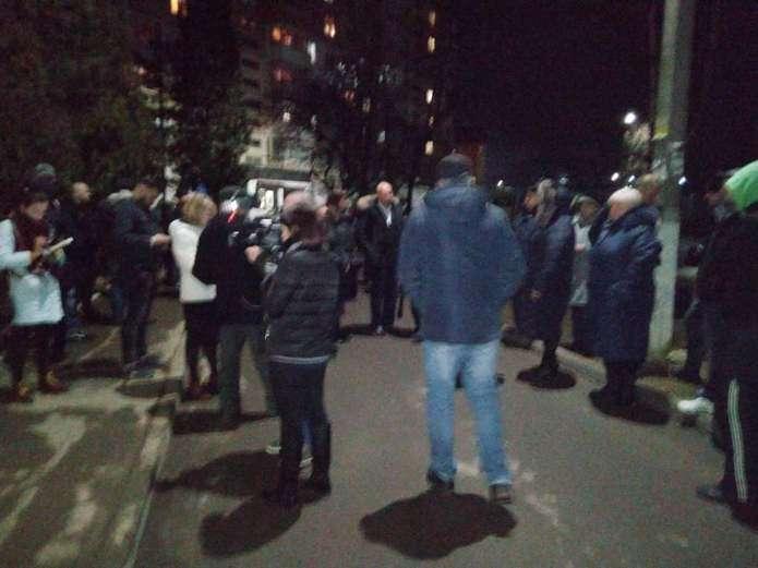 «Как и в Санжарах?» В Черновцах разъяренные горожане собрались под домом больного коронавирусом. Готовы к радикальным действиям!
