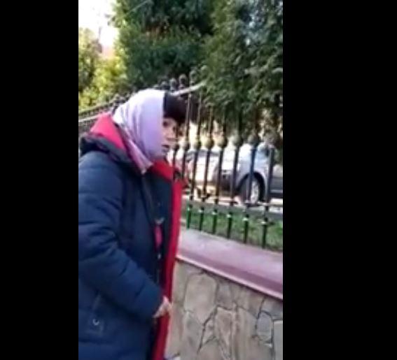 «Обматерила с ног до головы»: На Буковине женщина устроила истерику у входа в собор. «Сколько еще будет карантин?»