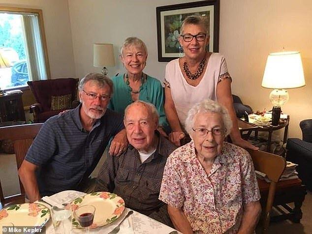 «В последние минуты держались за руки»: Муж и жена умерли от коронавируса, прожив вместе 73 года
