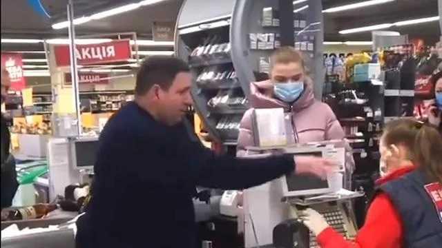 «Бросил прямо в лицо кассиру» В Полтаве мужчина шокировал своим поведением в супермаркете. Украинцы возмущены
