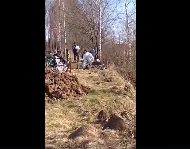 «Гроб привезли на скорой, родные заливались слезами» В Сети показали жуткие кадры похорон умершей от коронавируса