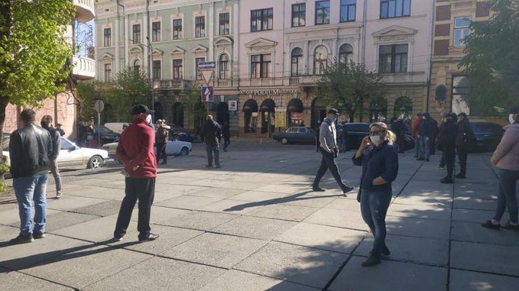 «Хотят закрыть»: Черновицкие предприниматели оскандалились поступком в разгар карантина. Устроили митинг