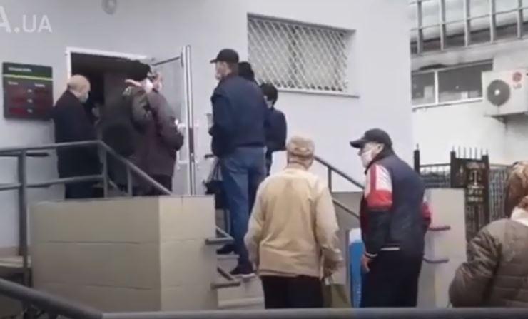 Пенсионеры решились на отчаянный шаг. Штурмуют Сбербанк и Укрпочту. Карантина не придерживаются