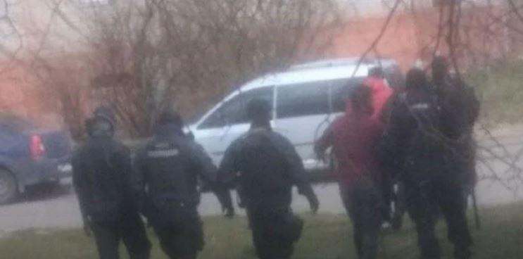 «А о дистанции не слышали?»: Во Львове возле общежития произошла массовая драка. Разбегались в разные стороны