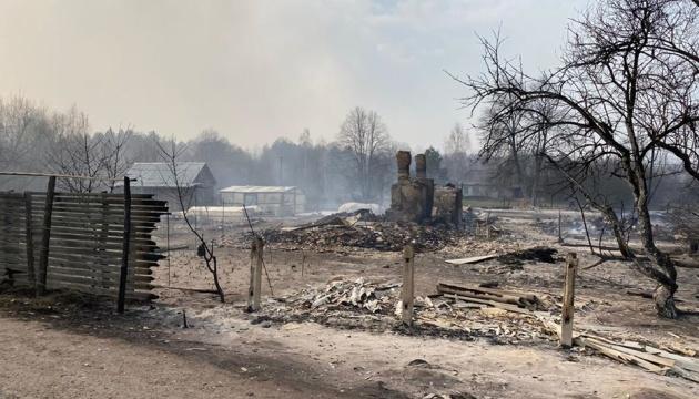 «Сгорело 39 домов, людей эвакуируют»: Ситуация на Житомирщине обостряется. Зеленскому доложили