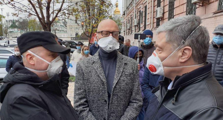 «Все преступники в одном месте»: Порошенко, Турчинов и Яценюк устроили возле суда немыслимое. «Масштабная тусовка!»