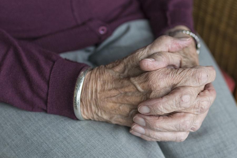 «Сначала избил, а потом поиздевался»: На Буковине мужчина изнасиловал 77-летнюю односельчанку