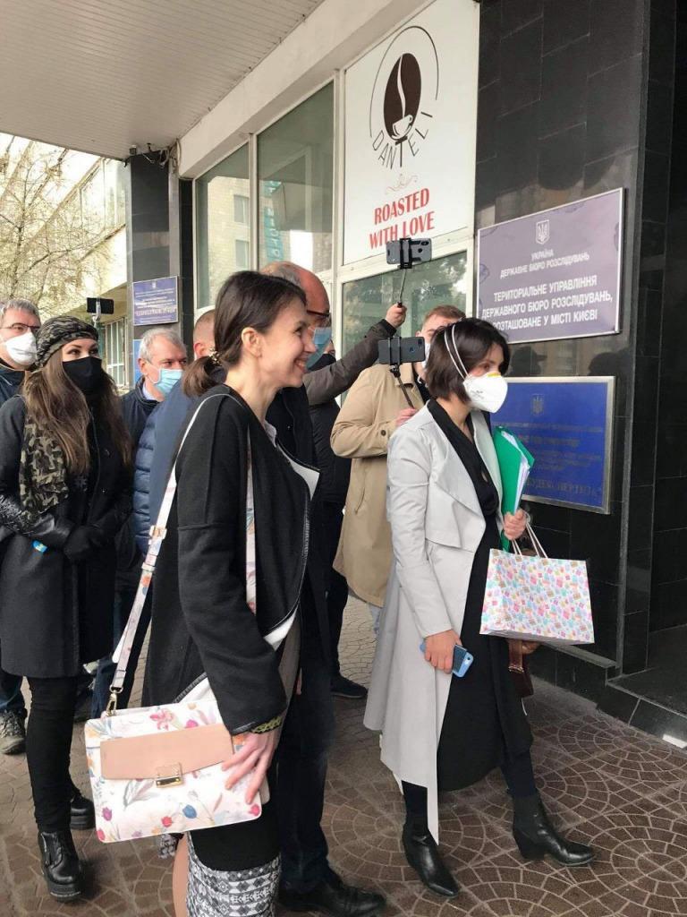 «Коронавирус не страшен!»: Черновол прибыла в ГБР с толпой. На допросе случилось неожиданное