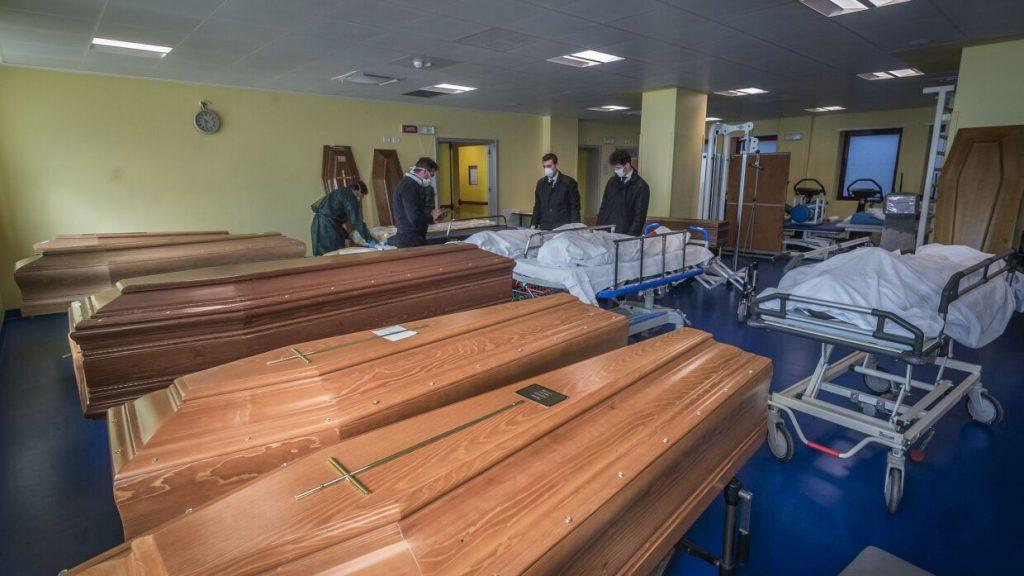 «Гробы грузят эскалаторами, крематории переполнены»: Жуткие кадры из охваченной коронавирусом Италии