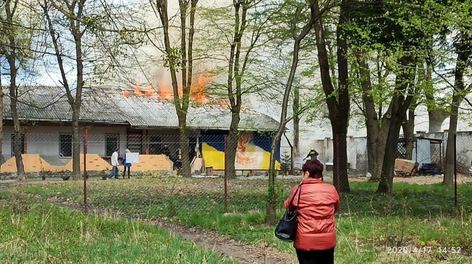 «Горела крыша здания!»: Во Львове на территории психиатрической больницы вспыхнул пожар