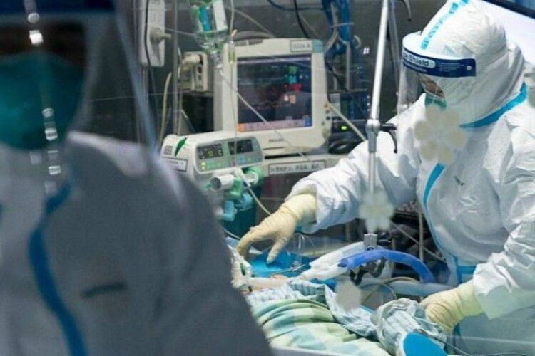 Заразились во время вскрытия: двойная трагедия в больнице Луцка поразила Украину