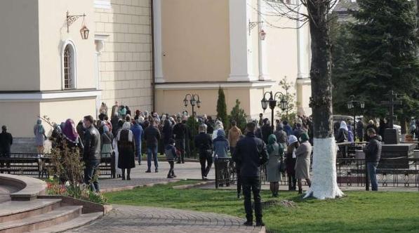 Массово идут в храмы! В охваченных Коронавирусом Черновцах люди пришли освятить веточки вербы