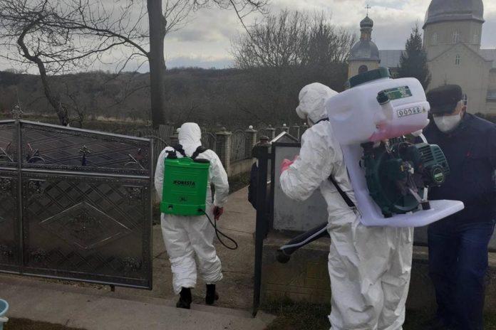 «Все в костюмах, кричат»: Шокирующие подробности похорон умершего с подозрением на коронавирус. «Хуже, чем собаку закопали»