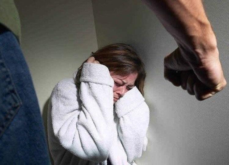 «Все из-за будильника»: Мужчина жестоко избил жену палкой. «Перелом ребра и порванное ухо»