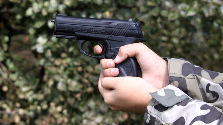 «Праздновали день рождения» Молодая девушка расстреляла прокурора: выпустила всю обойму