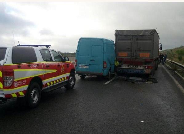 Микроавтобус врезался в фуру: жуткое ДТП на трассе Киев-Одесса напугало всю Украину