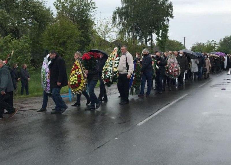 Гроб несли одноклассники: в Черниговской области похоронили Валерия Давиденко. Не сдерживали слез