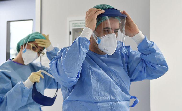 «Делаешь все, а оно не работает». Врач поделился деталями борьбы с коронавирусом. «Золотой таблетки не существует»