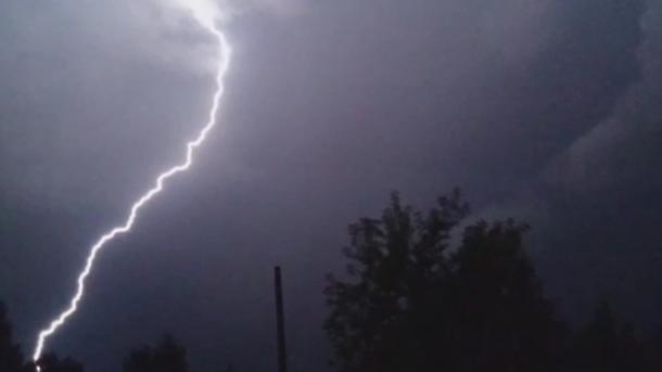 Родители почернели от горя: подросток погиб от удара молнии. Недалеко от дома
