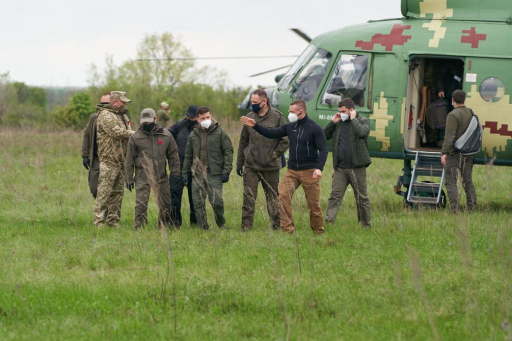 Зеленский экстренно прибыл в Луганскую область. Поразил поступком — люди аплодируют. Особый день