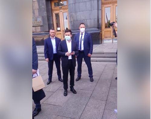 «Я сейчас разберусь!»: Зеленский вышел к протестующим под его офисом. «Я вам обещаю, езжайте домой!»