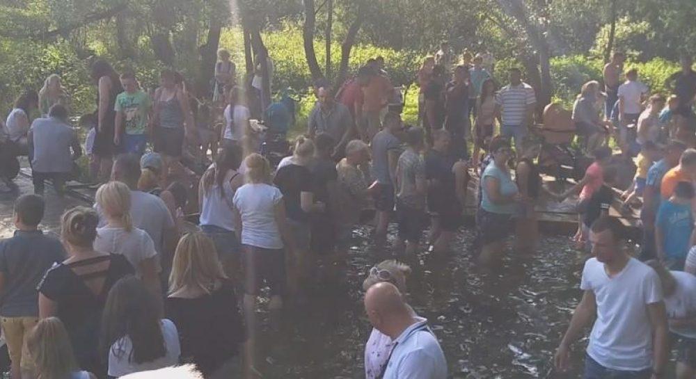 Наплевали на карантин. Украинцы устроили массовое купание в источнике: около сотни людей