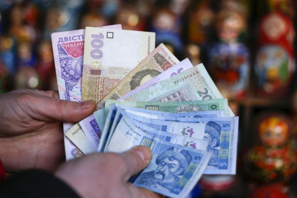 Более тысячи ежемесячно. В Украине выросли доплаты пенсионерам и детям: кому повезет