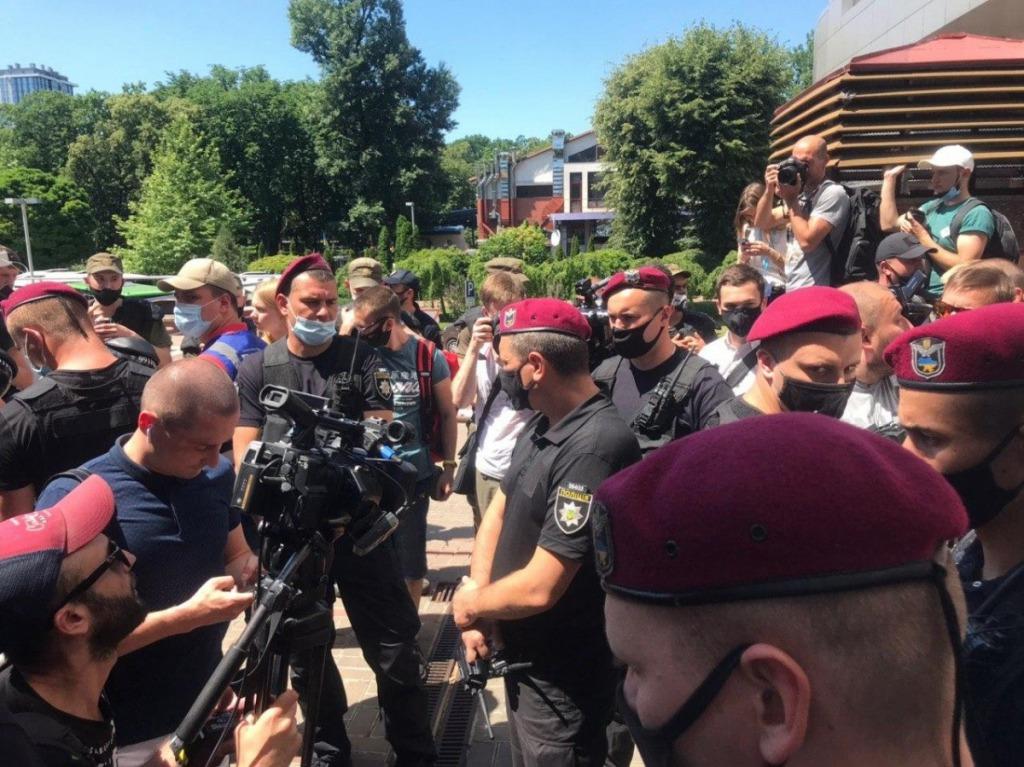 «Окружили журналистов в кольцо». Под судом по делу Стерненка случилась потасовка. «Требовали покинуть двор»