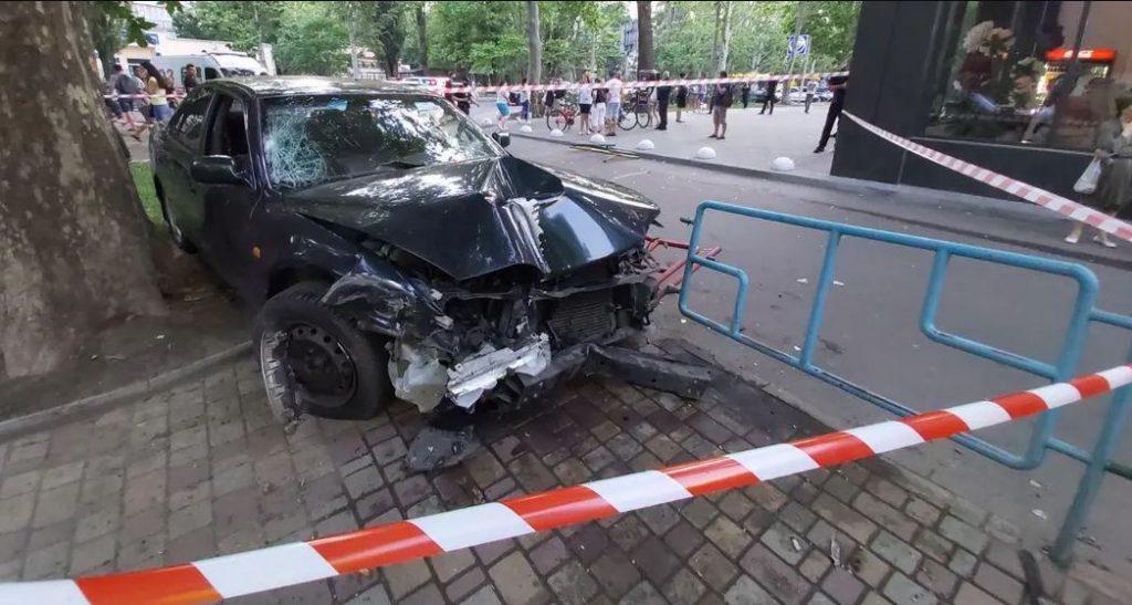 «Автомобиль снес ограждение и …»: В Одессе легковушка вылетела на детскую площадку. Есть пострадавшие, водитель в реанимации