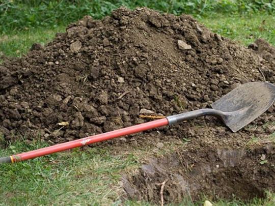 «Завернули в коврик и опустили в яму»: На Полтавщине родные похоронили женщину на огороде за домом. «Сэкономили на похоронах»