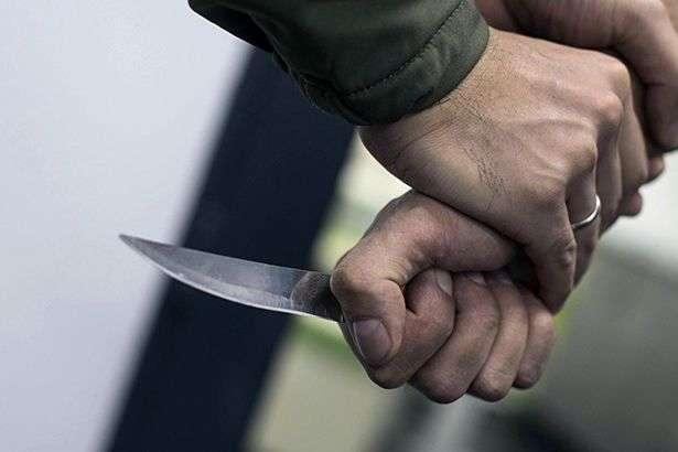«Получил удар в шею» Вооруженный мужчина набросился на полицейского: конфликта раньше не было