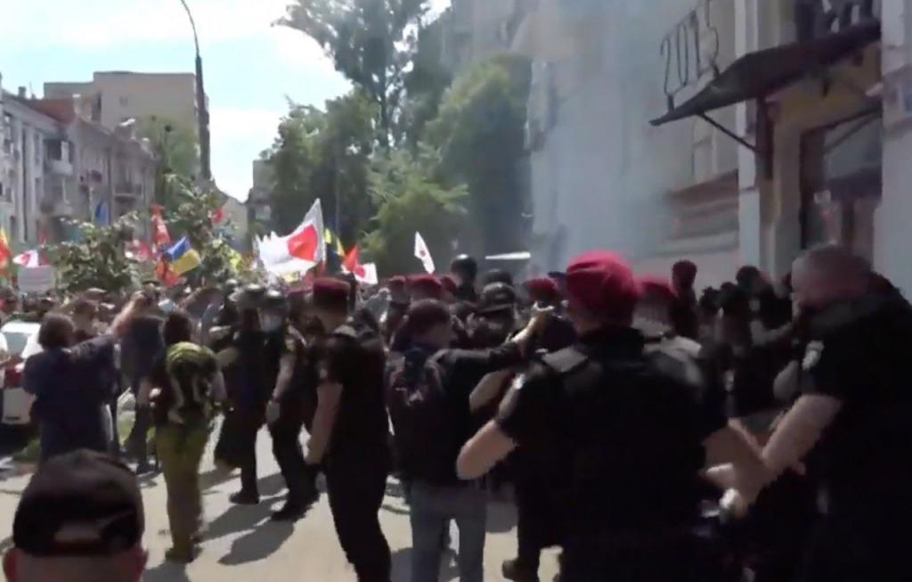 «Провокации и задержания!»: В центре столицы происходят столкновения. «Распыляют слезоточивый газ»