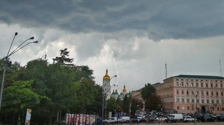 «Дожди, грозы, дожди, грозы»: украинцев предупредили о капризах погоды на следующую неделю