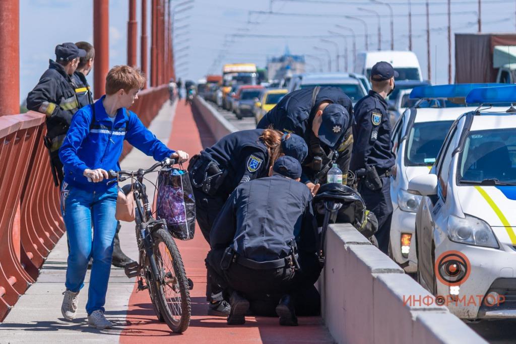 Выпила 60 таблеток и пыталась спрыгнуть с моста: Чп в Днепре поразило всю Украину