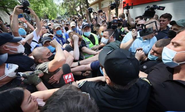 Пытались прогнать журналистов. Под стенами Шевченковского суда первая стычка. Вмешалась полиция