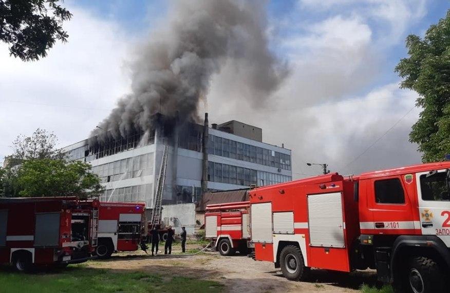Собралось более сотни жителей: в Запорожье масштабный пожар. Горит фабрика