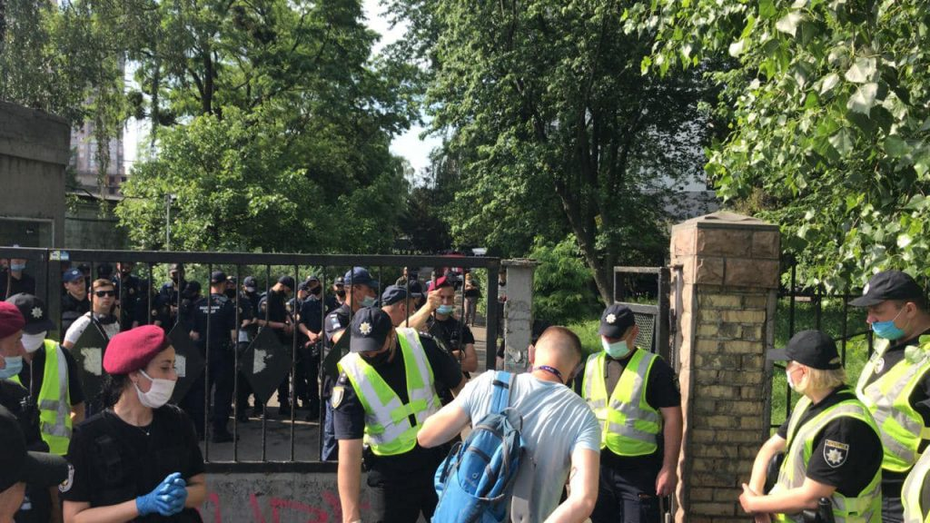 Суд избирает меру пресечения Стерненку. Под здание стянули десятки силовиков. Остерегаются провокаций