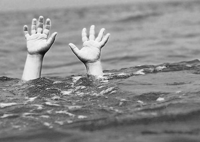 Упала с матраса в море. 3-летняя девочка трагически погибла во время купания: в 50 метрах от берега
