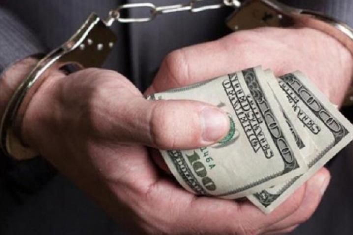 Срочно. Чиновника поймали на «горячем»: получил три тысячи долларов за выписку