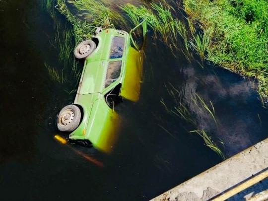 Трагическая авария: На Львовщине легковушка сбила велосипедиста и слетела с моста в реку. Водитель погиб