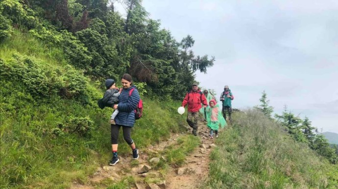 «Попали под сильный ливень»: Группа туристов с маленькими детьми застряли на Говерле. Проводят спасательную операцию