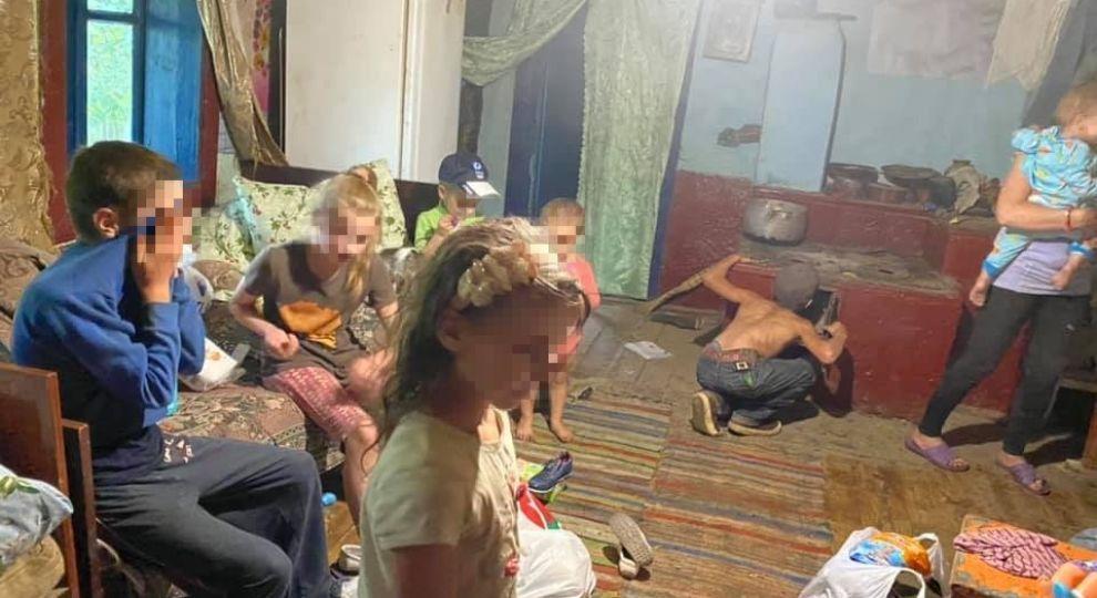 «Босые, голодные и работают, как волы». Семеро детей живут в лесу в нищете. «Соседи устали бить тревогу»