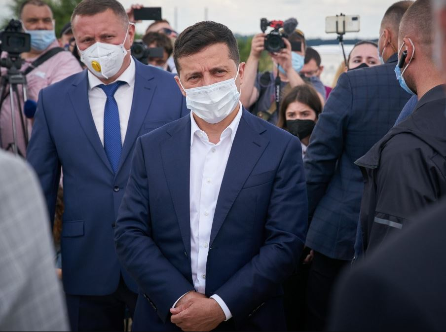 «Их выведут под руки!»: Офис Зеленского оказался в центре громкого скандала в Луцке. «Хамил и бросил трубку»