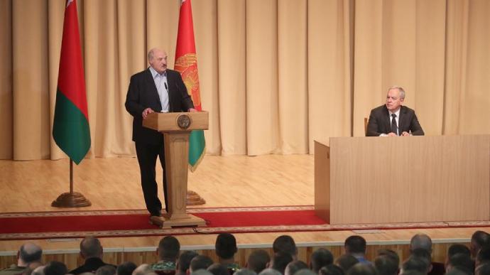 «Попал в золотой фонд Беларуси». Лукашенко сделал шокирующее заявление, бессимптомно. «Перенес» на ногах «