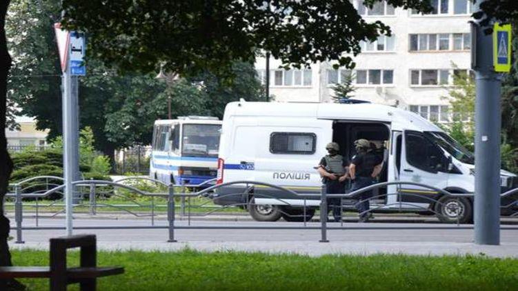 Разрешил передать воду! Новости из Луцка, где террорист удерживает людей в автобусе