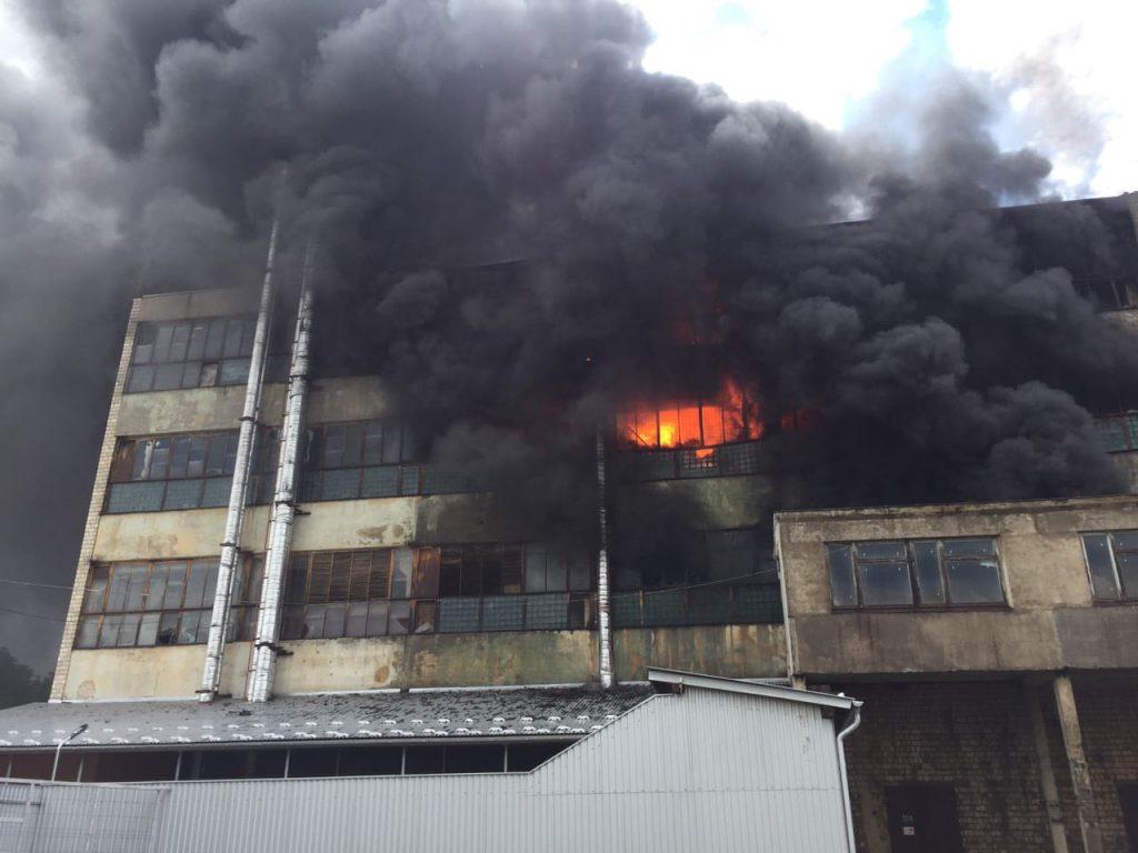 «Дым видно за километры»: Крупный пожар в Черновцах. Горит завод